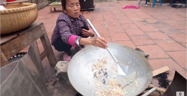Bà Tân Vlog làm món trứng đà điểu khổng lồ, cộng đồng mạng nhanh mắt nhận ra sự kết hợp dễ gây ngộ độc của món ăn - Ảnh 2.