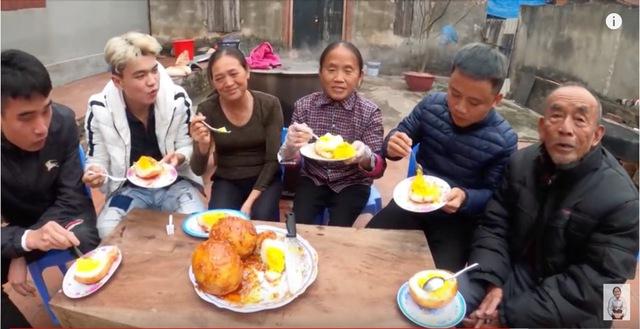 Bà Tân Vlog làm món trứng đà điểu khổng lồ, cộng đồng mạng nhanh mắt nhận ra sự kết hợp dễ gây ngộ độc của món ăn - Ảnh 4.