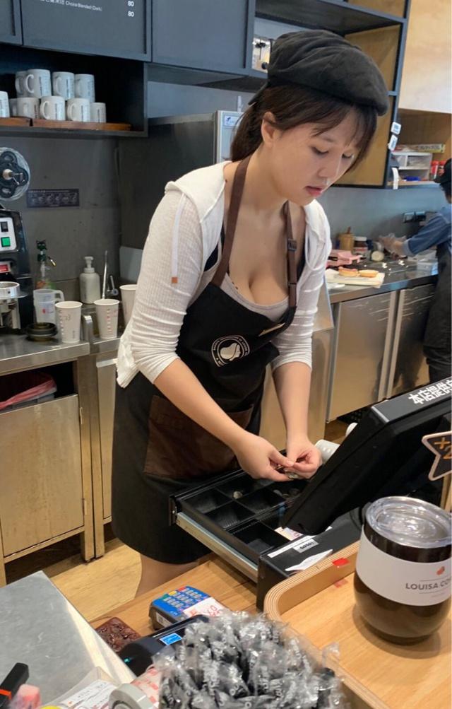 Xuất hiện clip cô nàng nhân viên gợi cảm, chỉ đứng pha sữa thôi cũng khiến cư dân mạng like share nhiệt tình - Ảnh 1.