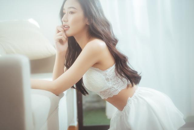 """Streamer ChiChi khoe trọn thân hình nóng bỏng mắt trong bộ ảnh """"Sexy cùng nắng"""" làm fan chao đảo - Ảnh 3."""