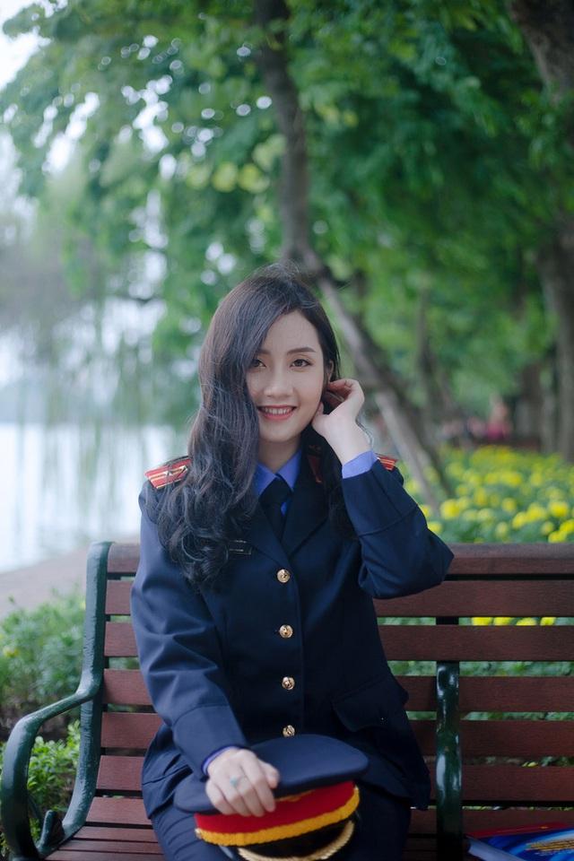 Nữ sinh ĐH Kiểm sát Hà Nội gây thương nhớ với bộ ảnh đồng phục ngành, nhìn phát yêu luôn - Ảnh 4.