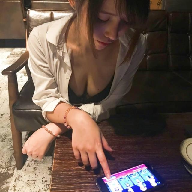 Hết ngồi rồi lại nằm chơi game trên điện thoại, nàng hot girl khiến cho cộng đồng mạng không khỏi xao xuyến - Ảnh 1.