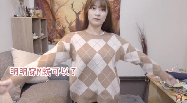 Cởi áo ngoài rồi nhảy tưng tưng khoe vòng một phản cảm trên sóng, nữ Youtuber khiến người xem tranh cãi kịch liệt - Ảnh 2.