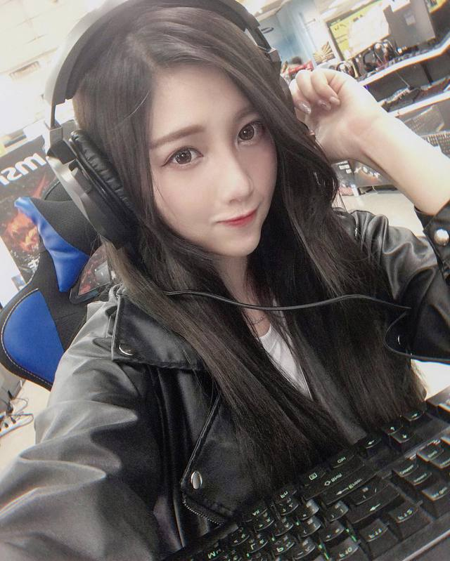 Xuất hiện cô nàng game thủ cực phẩm, chẳng những xinh đẹp gợi cảm mà quẩy game FPS còn đại tài - Ảnh 1.