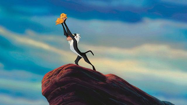 Lion King đời thực là đây: Chú khỉ đầu chó vừa leo trèo vừa bế sư tử con, quyết không buông tay - Ảnh 1.