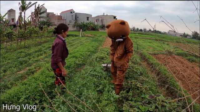 Bà Tân Vlog lại bị chê diễn sâu trong video cắt hết ruộng rau của cậu con trai - Ảnh 4.
