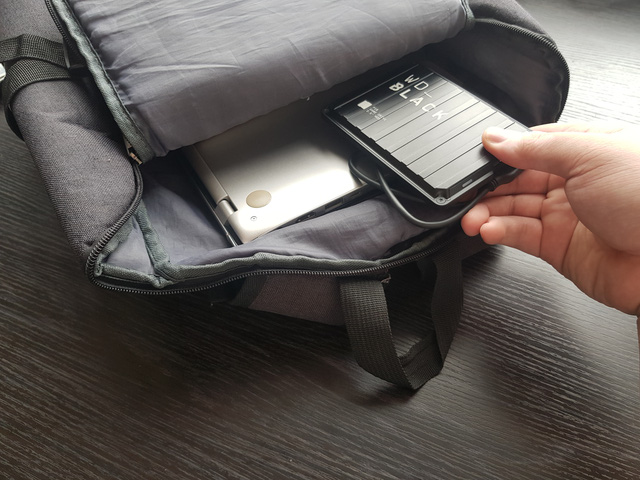 Một chiếc ổ cứng di động vẫn luôn có mặt trong ba lô của tôi như một vật bảo hộ khỏi mọi sự cố đầy bộ nhớ do game hay nhiều ứng dụng khác