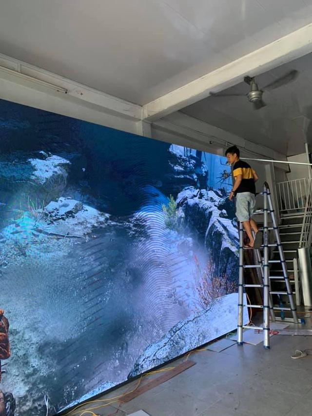Game thủ Việt ráp màn hình siêu to khổng lồ hàng trăm inch giá 90 triệu để cắm PS4 chơi God Of War - Ảnh 1.