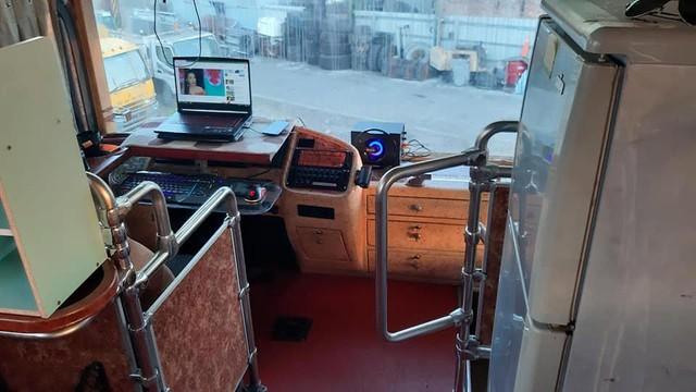 Game thủ biến xe khách cũ thành góc chơi game có một không hai - Ảnh 3.