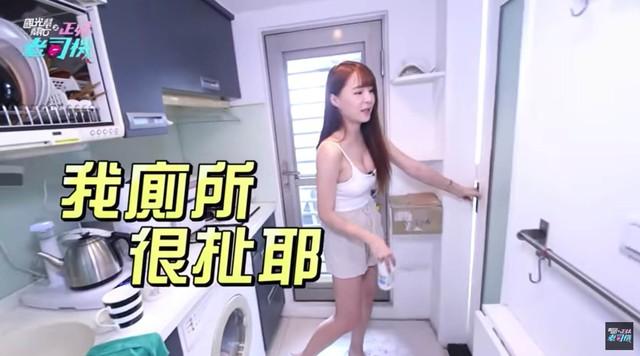 Bất ngờ bị đột kích vào nhà ngay sáng sớm, nàng Youtuber xinh đẹp hốt hoảng, không kịp trở tay thay quần áo - Ảnh 2.