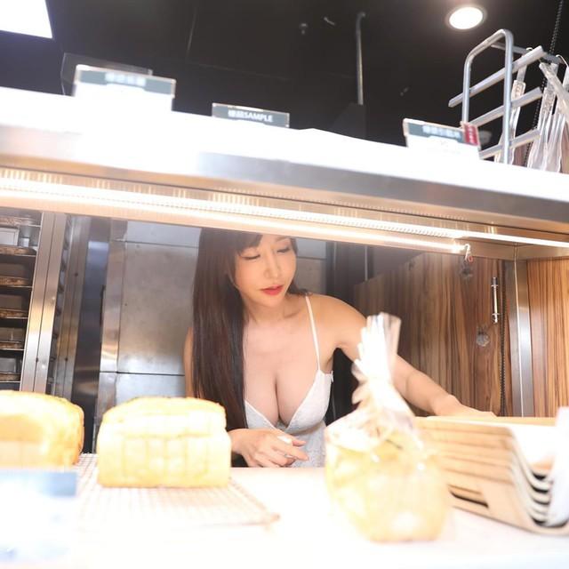 Hot girl diện váy xẻ ngực đứng bán bánh khiến dân tình suýt xoa: Làm nghề này quá phí - Ảnh 3.