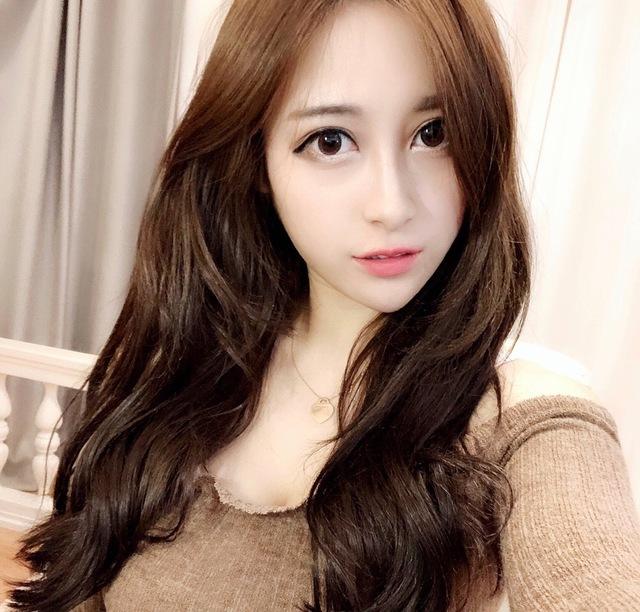 Xinh đẹp và gợi cảm, cô nàng streamer được fan tặng hơn 300 triệu chỉ cầu xin một lần được gặp mặt - Ảnh 1.