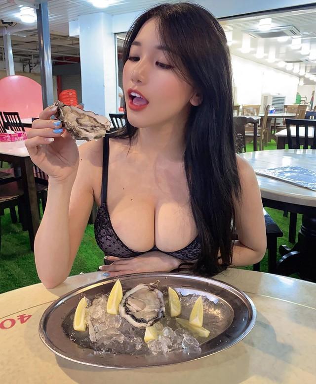 Đeo khẩu trang không lộ mặt đi siêu thị, cô gái bỗng chốc được phong là hot girl, người người đòi xin info bằng được - Ảnh 2.