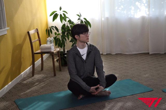 LMHT: Rảnh rỗi trước đại chiến với LPL, chủ tịch Faker tranh thủ dạy yoga cho các game thủ cải thiện sức khỏe - Ảnh 3.