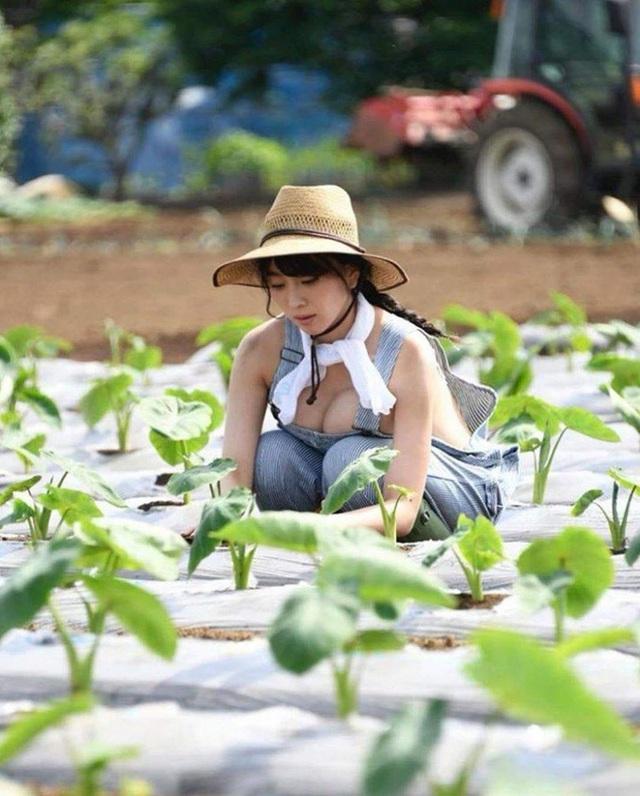 Thời nào còn là hot girl trồng rau nuôi lợn, cô gái năm xưa giờ lột xác ấn tượng, trở thành người mẫu chuyên chụp ảnh gợi cảm - Ảnh 1.