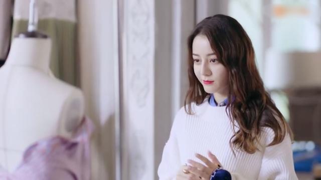 Vô tư cởi áo thay đồ ngay trên sóng livestream, Địch Lệ Nhiệt Ba khiến cộng đồng mạng tranh cãi dữ dội - Ảnh 2.