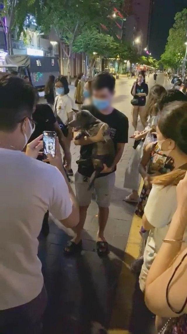 Boss Nguyễn Văn Dúi vào Sài Gòn du lịch, bị fan hâm mộ quây kín phố đi bộ Nguyễn Huệ và lặp lại cùng một hành động khiến dân mạng bức xúc - Ảnh 9.