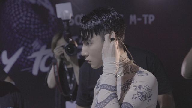 Sơn Tùng M-TP lại làm điều đầu tiên ở Việt Nam: Phát hành phim tài liệu ca nhạc về tour diễn của mình lên màn ảnh rộng - Ảnh 2.