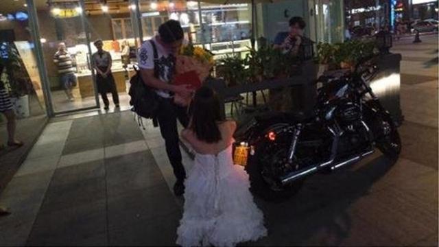 Cô gái mang sổ đỏ đến quỳ gối cầu hôn khiến bạn trai sướng tít cả mắt - Ảnh 2.