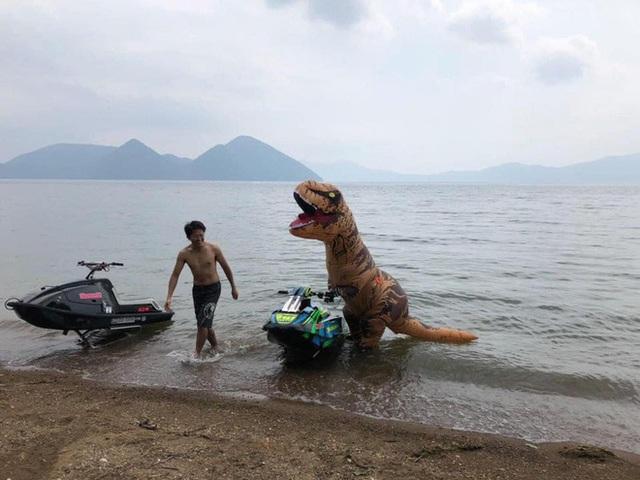 Cosplay khủng long bạo chúa đi chơi lướt sóng, nam thanh niên khiến cộng đồng mạng không khỏi ngỡ ngàng - Ảnh 1.