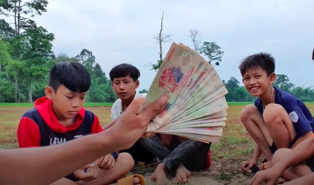 Youtuber nghèo nhất Việt Nam khoe thu nhập khủng, hé lộ số tiền trả cho người tham gia clip - Ảnh 2.