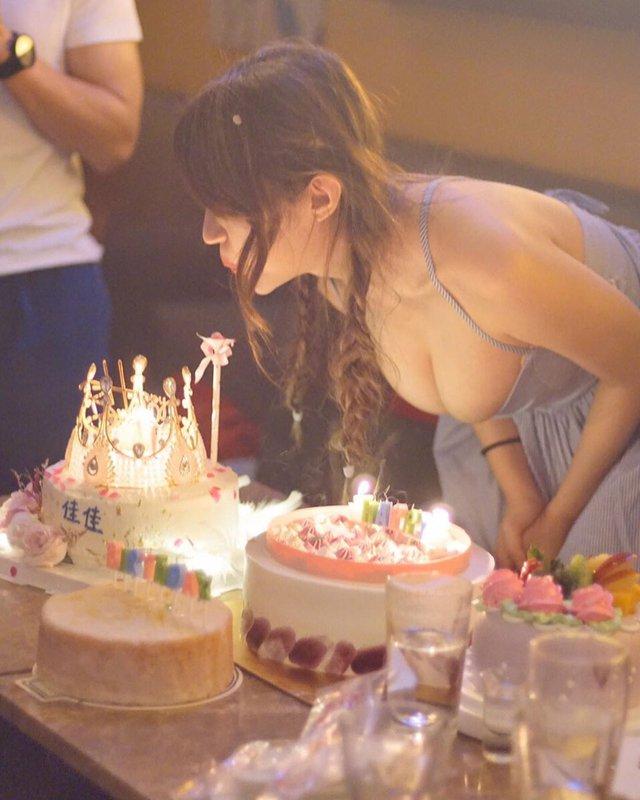 Cúi xuống thổi nến mừng sinh nhật, nàng hot girl gặp sự cố bất ngờ bởi vòng một ngoại cỡ - Ảnh 2.
