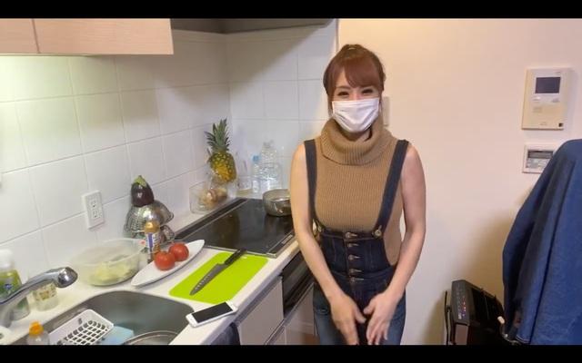 Dạy nấu ăn nhưng lại lên sóng cởi áo liên tục, khoe cả việc không mặc nội y, nữ Youtuber nhận cơn mưa gạch đá từ phía người xem - Ảnh 1.