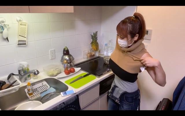 Dạy nấu ăn nhưng lại lên sóng cởi áo liên tục, khoe cả việc không mặc nội y, nữ Youtuber nhận cơn mưa gạch đá từ phía người xem - Ảnh 2.