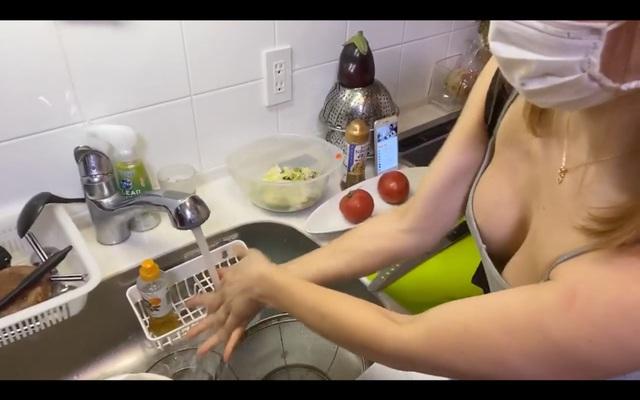 Dạy nấu ăn nhưng lại lên sóng cởi áo liên tục, khoe cả việc không mặc nội y, nữ Youtuber nhận cơn mưa gạch đá từ phía người xem - Ảnh 6.