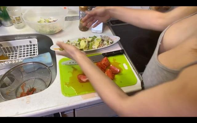 Dạy nấu ăn nhưng lại lên sóng cởi áo liên tục, khoe cả việc không mặc nội y, nữ Youtuber nhận cơn mưa gạch đá từ phía người xem - Ảnh 7.
