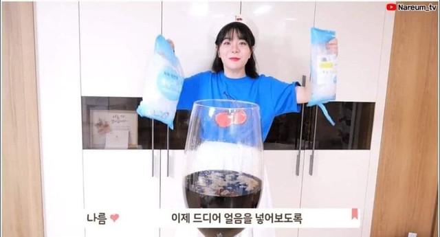 Học bà Tân Vlog làm trà sữa siêu to khổng lồ, nữ Youtuber người Hàn nhận cái kết đắng ngắt - Ảnh 2.