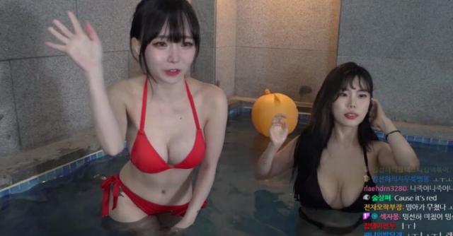Rủ hội bạn thân mặc bikini tương tác với người xem để kiếm view, nữ streamer xinh đẹp khoe vóc dáng gợi cảm - Ảnh 1.