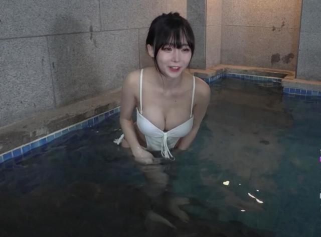 Rủ hội bạn thân mặc bikini tương tác với người xem để kiếm view, nữ streamer xinh đẹp khoe vóc dáng gợi cảm - Ảnh 2.