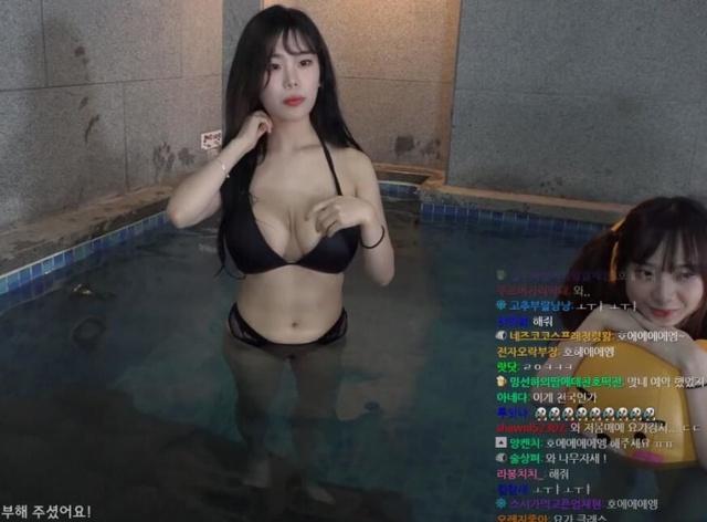 Rủ hội bạn thân mặc bikini tương tác với người xem để kiếm view, nữ streamer xinh đẹp khoe vóc dáng gợi cảm - Ảnh 4.