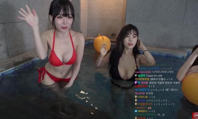 Rủ hội bạn thân mặc bikini tương tác với người xem để kiếm view, nữ streamer xinh đẹp khoe vóc dáng gợi cảm - Ảnh 6.