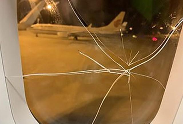 Cay cú vì thất tình, cô gái đấm vỡ cửa sổ ở độ cao 9.000m khiến máy bay phải hạ cánh khẩn cấp - Ảnh 2.