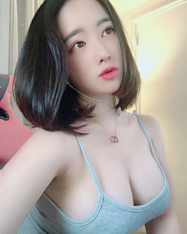 Thu hút tới cả triệu follow sau ảnh selfie, nàng hot girl chứng minh vòng một to có thể thay đổi số phận - Ảnh 8.
