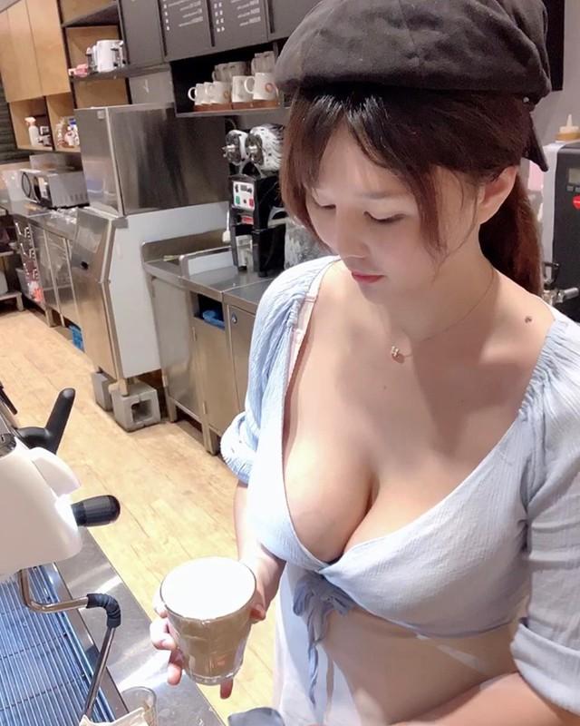 Cộng đồng mạng bất ngờ với cô chủ quán cafe xinh như hot girl, tưởng là chụp ảnh làm màu hóa ra công việc thật - Ảnh 1.