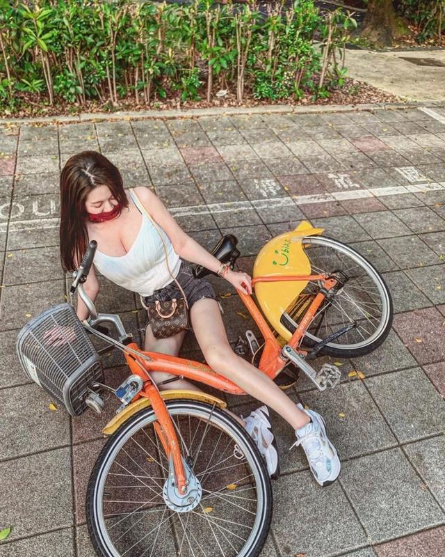 Lại dàn dựng cảnh ngã xe để gây chú ý, nàng hot girl bị cộng đồng mạng lên án, cho rằng chiêu trò quá cũ - Ảnh 1.