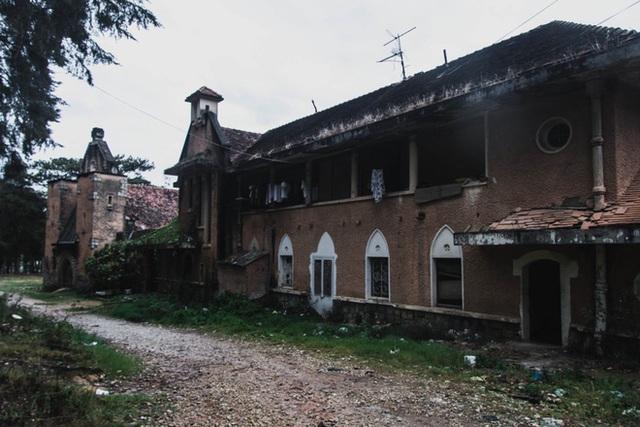 Khám phá những địa điểm bỏ hoang tại Việt Nam như game kinh dị (phần 2): Nhà nguyện Đà Lạt - Ảnh 2.