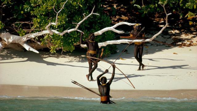 Bộ lạc sống tách biệt khỏi thế giới suốt 30 nghìn năm, xua đuổi người lạ bằng tên tẩm độc - Ảnh 4.