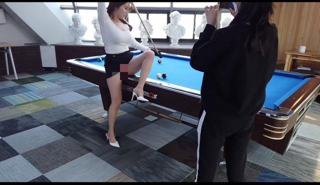 Làm video đi tập đánh bi-a, nữ Youtuber xinh đẹp hớ hênh lộ hàng khiến người xem choáng váng - Ảnh 6.