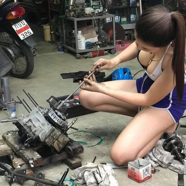 Ăn vận gợi cảm ngồi sửa xe máy rất chuyên nghiệp, cô gái xinh đẹp khiến cộng đồng mạng xôn xao, hào hứng xin info - Ảnh 1.