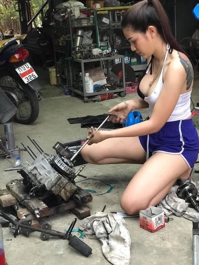 Ăn vận gợi cảm ngồi sửa xe máy rất chuyên nghiệp, cô gái xinh đẹp khiến cộng đồng mạng xôn xao, hào hứng xin info - Ảnh 2.