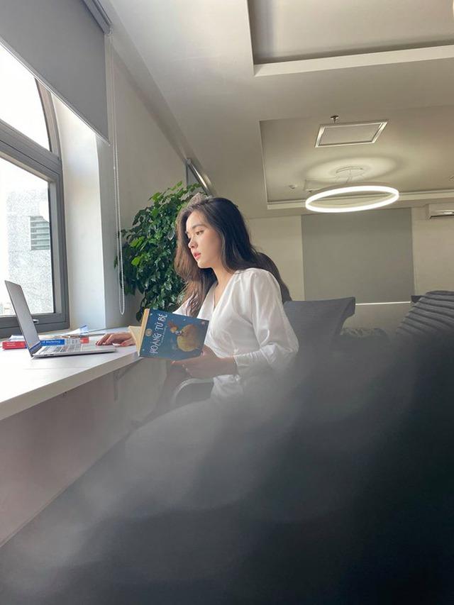 Nữ sinh Marketing bị chụp lén ở thư viện, dân mạng lại lùng sục info vì quá xinh - Ảnh 2.
