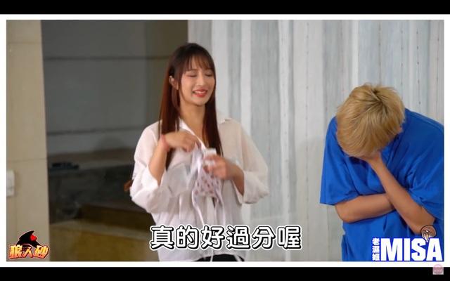 Quy tụ dàn hot girl rồi chơi Ma Sói thua cởi áo ngay trên sóng, nữ Youtuber khiến người xem được một phen bỏng mắt - Ảnh 9.