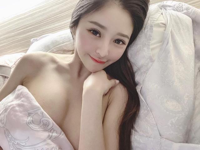 Đang ngủ thì bị muỗi đốt, nàng hot girl thức giấc selfie, livestream khiến fan chảy máu mũi với style ngủ nude - Ảnh 2.