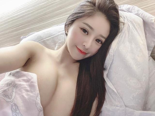 Đang ngủ thì bị muỗi đốt, nàng hot girl thức giấc selfie, livestream khiến fan chảy máu mũi với style ngủ nude - Ảnh 3.