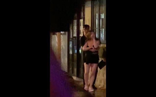 Giận dỗi bạn trai tới mức cởi áo giữa đường, cô gái xinh đẹp khiến cộng đồng mạng sốc nặng, bất ngờ với cái kết - Ảnh 7.