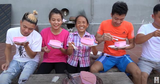 Mải nấu ăn để chó liếm đĩa mà không biết, bà Tân Vlog vẫn dùng lại, chia bánh cho các cháu thưởng thức - Ảnh 6.